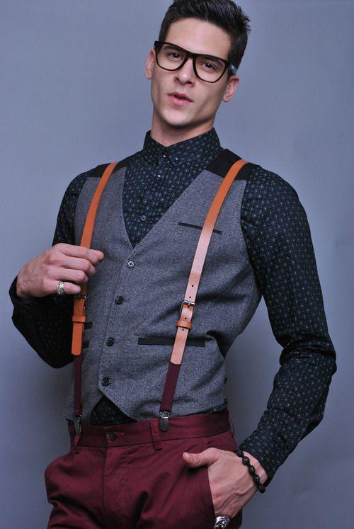 Chiếc áo vest màu xám và braces nâu da bò làm sự kết hợp giữa áo sơ mi xanh navy và quần đỏ maroon trở nên sáng tạo và đặc sắc hơn nhiều.