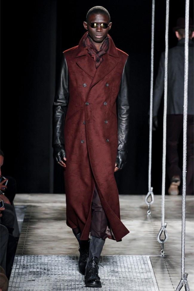 John Varvatos đem tới một chiếc áo khoác hai hàng khuy dáng dài phối da tuyệt đẹp. Tiếc rằng chiếc áo khoác này chỉ hợp với nhưng người cao và khỏe khoắn mà thôi.