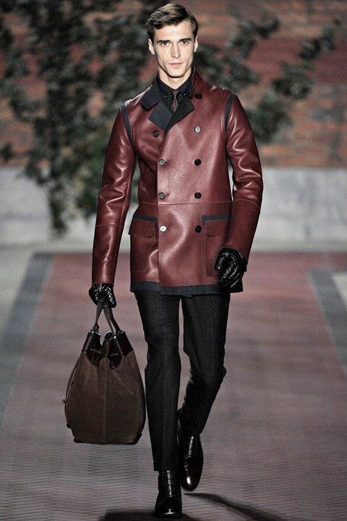 Khoác khoác da màu nâu đỏ cũng khá phổ biến trong men fashion week cho mùa thu đông 2014 2015