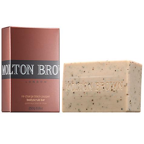 Xà phòng tẩy da chết có thể đi theo dạng bánh. Tôi rất thích dòng sản phẩm từ tiêu của Moltern Brown. Chiết xuất dưỡng ẩm từ tiêu và hạt tiêu xay nhỏ để làm sạch da chết. Khi bạn tắm xong, bạn sẽ thấy một mùi thơm cay nhè nhẹ cực kỳ quyến rũ.