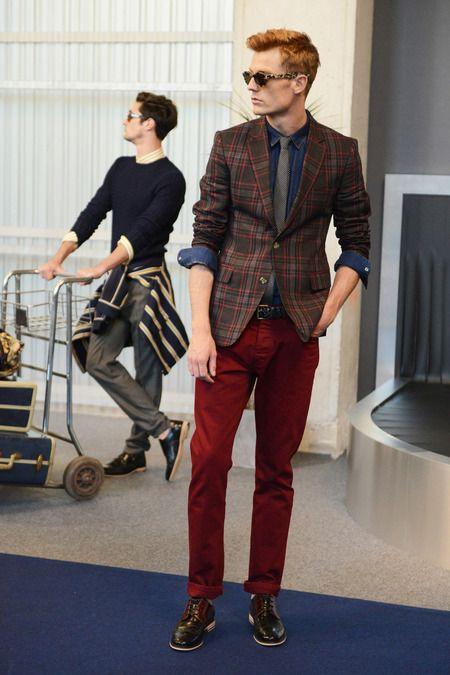Blazer nâu giúp sự kết hợp của áo denim xanh sáng và quần jeans đỏ trở nên hoàn thiện.