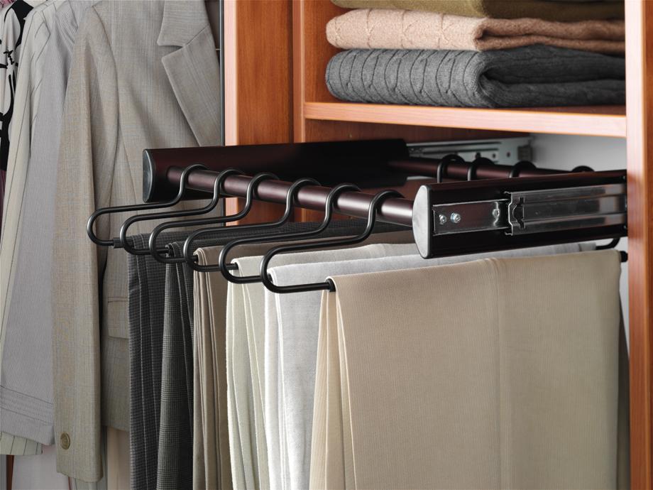 Pant hanger: Mắc quần, thường có thanh vắt hoặc kẹp. Tôi thích loại thanh vắt hơn, không để lại nếp cho quần vải.