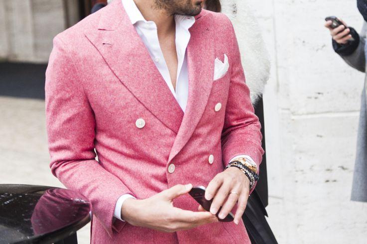 Khiếm khi thấy một chiếc áo khoác hai hàng khuy màu hồng đẹp thế này. Chiếc áo sơ mi trắng bên trong là sự lựa chọn hoàn hảo.