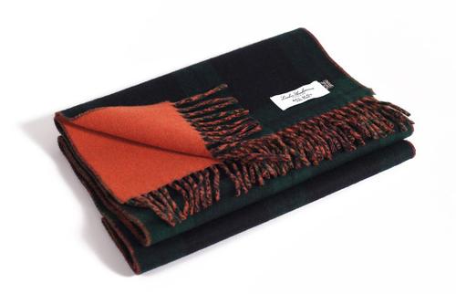 Nhiều người thường tiện tay gập và cất những chiếc khăn cashmere này vào tủ quần áo, để chúng bị đè đến chảy cả khăn. Thật là đáng tiếc.