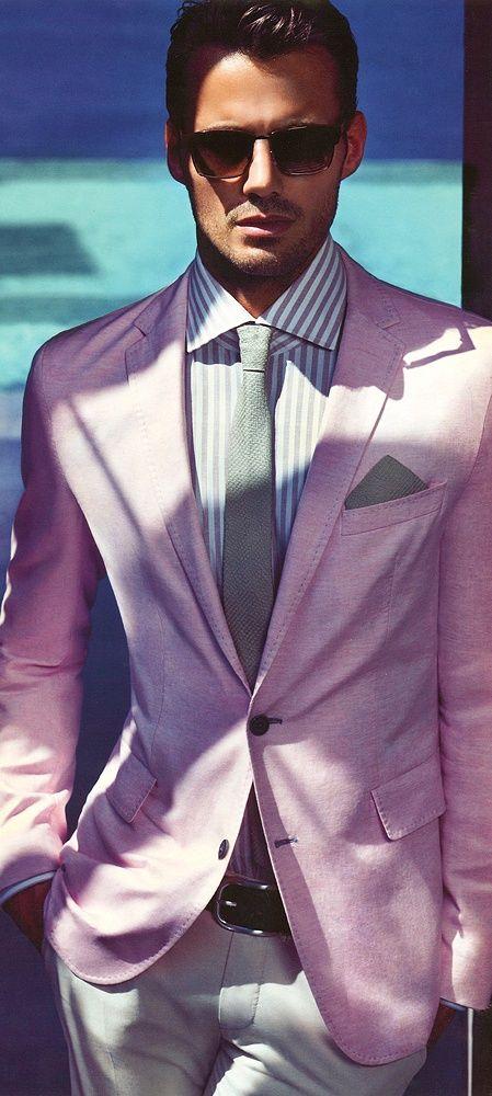 Áo khoác hồng, sơ mi kẻ xanh trắng và cà vạt xám mờ. Nếu phải chọn một cái gì đỏ để thay đổi, tôi sẽ đổi pocket square. Khăn bỏ túi trùng lặp màu sắc và chất liệu với cà vạt khiến set đồ bị hạ đi một bậc.