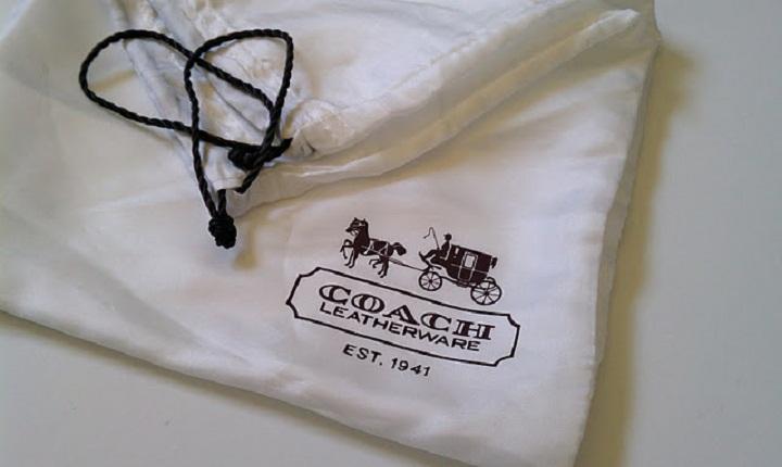 Dust bag - túi chống bụi, thường được tặng kèm khi mua túi xách hoặc giày hàng hiệu. Chúng cũng được bán rất nhiều với chất lượng tuyệt vời, chỉ thiếu mỗi chiếc logo mà thôi.