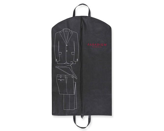 Những chiếc túi thế này có tên gọi là suit bag, loại bằng vải tốt hơn nilon. Tôi cũng khuyên bạn mua loại có khóa và kín cho suit và loại hở phía dưới cho những chiếc overcoat dáng dài.
