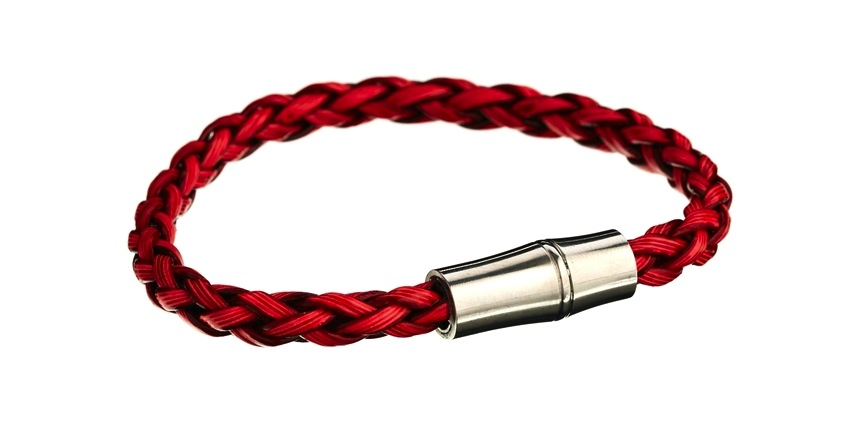 Vòng tay da bện màu đỏ và khóa kim loại đảm bảo sự khỏe khoắn, nam tính và rất mới lạ.