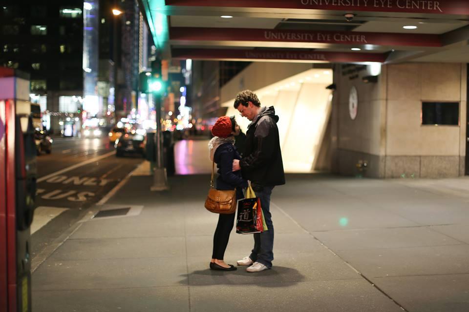"""""""Brandon thân mến, Hôm nay tôi vừa được bạn trai tặng cuốn sách 'Những con người New York' của anh nhân dịp kỷ niệm sáu năm yêu nhau. Tò mò vì thái độ không giống ngày thường của anh ấy, tôi chậm rãi mở từng trang sách ra xem và sốc khi nhìn thấy tấm ảnh này. Được chụp đúng vào ngày này một năm trước trên Đường 42, cái ngày thực tại nghiệt ngã tí chút nữa đã chia cắt hai đứa mãi mãi. Cái đêm kỷ niệm năm năm yêu nhau - khi chúng tôi đã thề sẽ không bỏ cuộc, sẽ bắt đầu lại một năm mới tuyệt vời hơn. Tôi không nghĩ là mình sẽ được thấy lại cái khoảng khắc tưởng chừng đã trôi vào quá khứ dữ dội. Nay được lưu giữ lại thật đẹp và được cả thế giới ngắm nhìn. Mặc dù chúng ta chỉ là những người lạ với nhau, đây vẫn là món qua tuyệt vời nhất tôi từng được nhận trong đời. Cảm ơn anh rất nhiều. Thân yêu, Eika"""""""