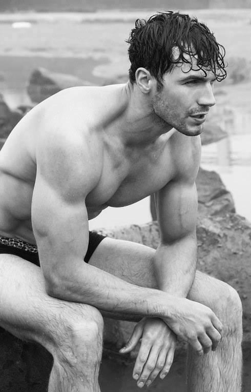 Có câu: đẹp như một vị thần ! vậy hãy là một Poseidon trầm tĩnh , kiêu hãnh bên đại dương.