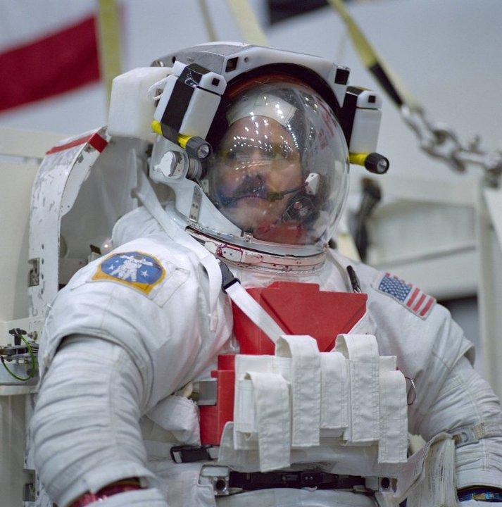 Phi hành gia người Canada Chris Hadfield.