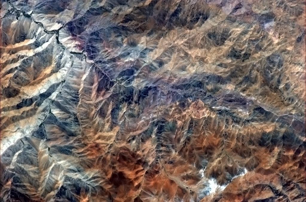 Dãy Andes giàu màu sắc và hoa văn. Đây là dãy núi dài nhất thế giới, gồm một chuỗi núi liên tục chạy dọc theo bờ tây lục địa Nam Mỹ. Dãy Andes dài hơn 7000 km, và có chỗ rộng đến 500 km (khoảng từ 18° đến 20° vĩ độ nam), có chiều cao trung bình khoảng 4000 m