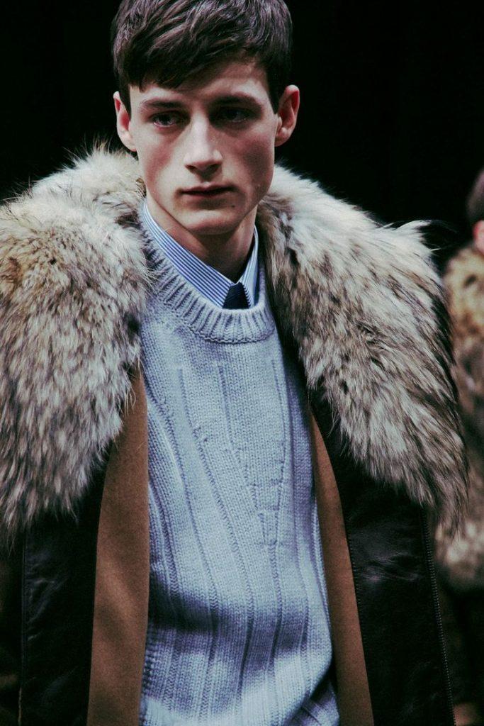 Tôi không nghĩ là bộ quần áo này nhiều tiền. Ngoại trừ cái áo khoác cổ lông to sụ kia, mọi thứ đều là những món đồ bình thường trong tủ quần áo của đàn ông.