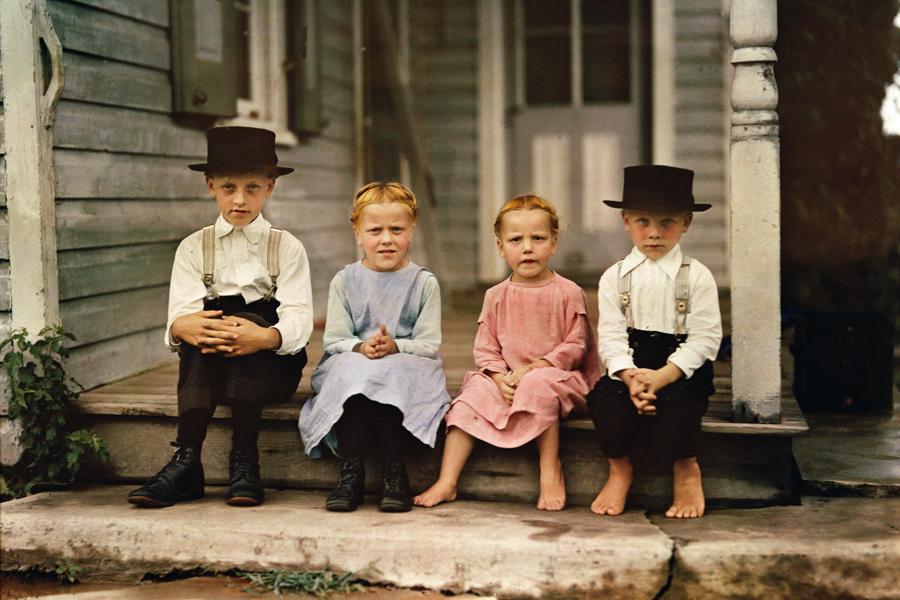 Trẻ em Amish ở Pennsylvania, Mỹ, 1937. Cộng đồng người Amish từ chối các tiện nghi do khoa học kỹ thuật mang lại. Họ không dùng điện, không làm chủ xe hơi, điện thoại… Cuộc sống của họ bây giờ và 300 năm trước không khác nhau bao nhiêu.