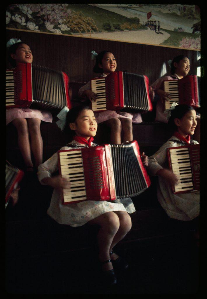 Nữ sinh Triều Tiên chơi Accordions, tháng Tám, 1974.