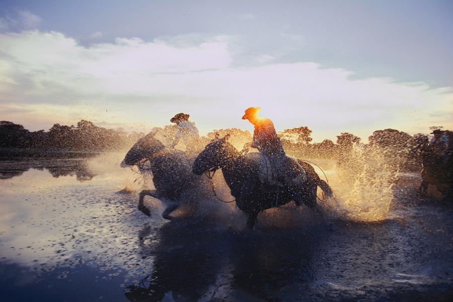 Hai anh cao bồi Argentina đua ngựa ở gần Beron de Astrada, tháng 11, 1980.