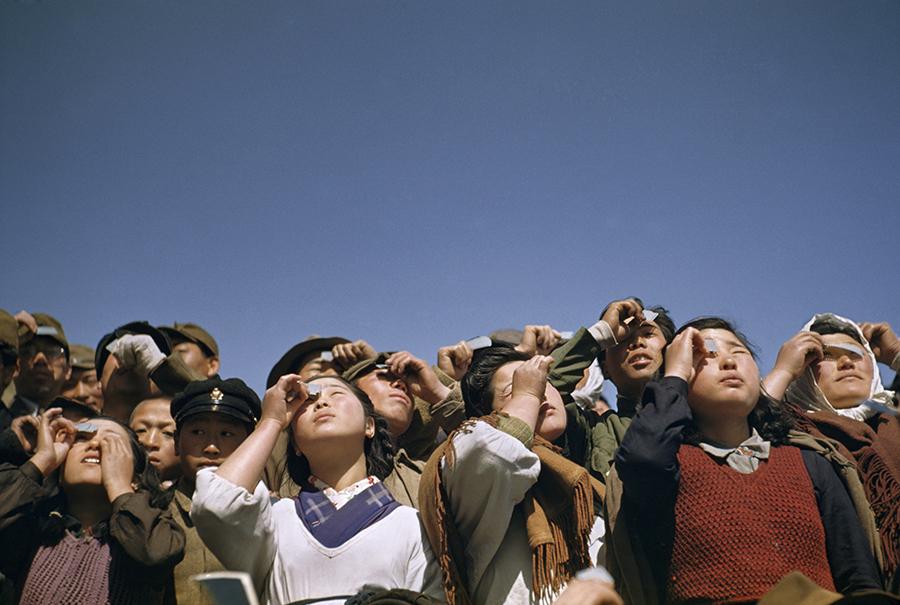 Người dân ngắm nhật thực ở đảo Rebun, Nhật Bản, 1949.