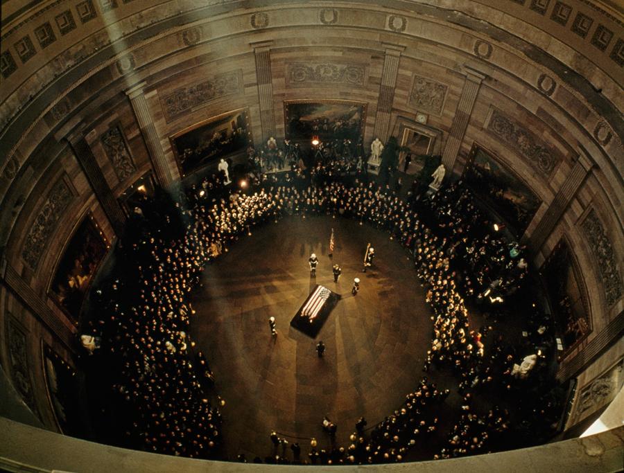 Linh cữu của Tổng thống Mỹ John F. Kennedy trong điện Capitol, tháng 11, 1963.