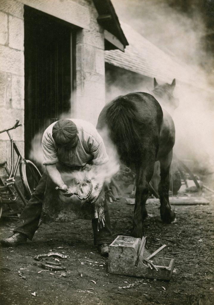 Một nông dân đóng móng ngựa ở Scotland, tháng Năm, 1921.