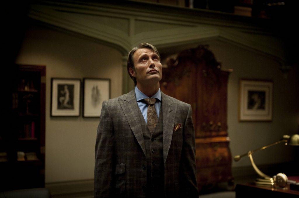 Lần này có vẻ đơn giản h ơn, sơ mi xanh rất công sở và suit màu nâu trầm, nhưng dấu ấn đâm chất Hannibal vẫn nằm ở cà vạt paisley và khăn vuông nâu cam. Bất kỳ ai cũng nên mặc thế này: dù rực rỡ hay nhạt nhòa, người khác vẫn nhận ra mình.