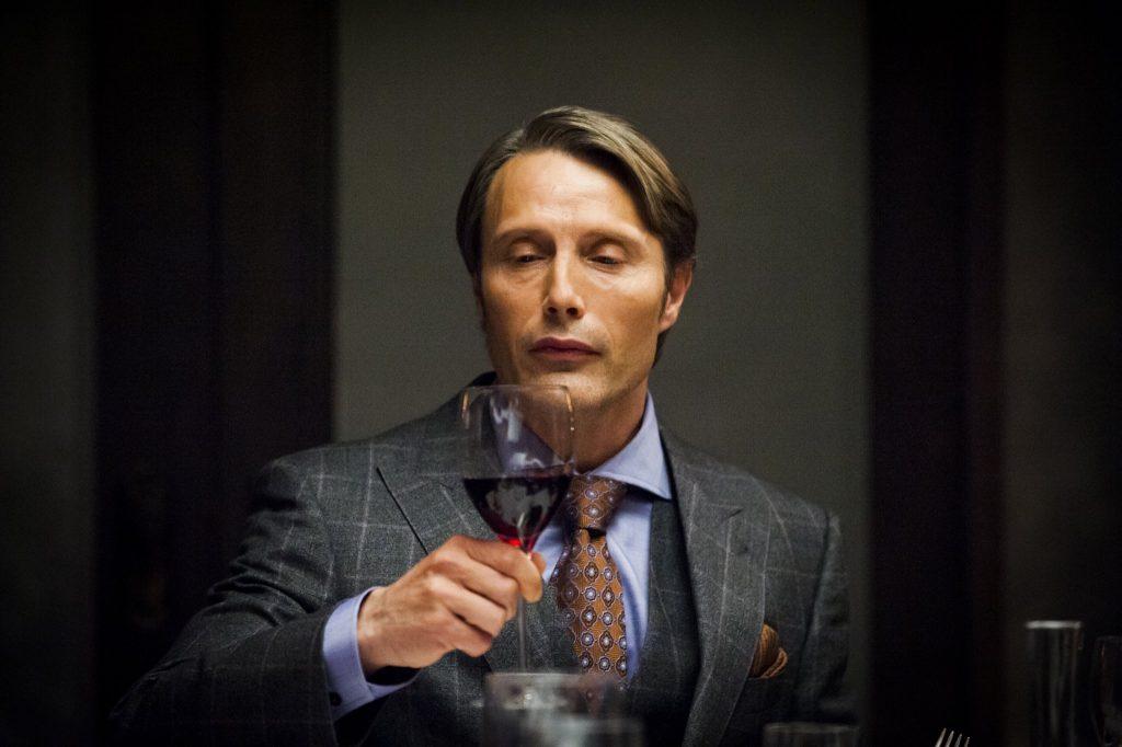 Một đống suit chưa hẳn đã khẳng định được gu của Hannibal, mà còn phải kể đến cả loạt cà vạt điệu đà cùng khăn vuông rực rỡ nữa.