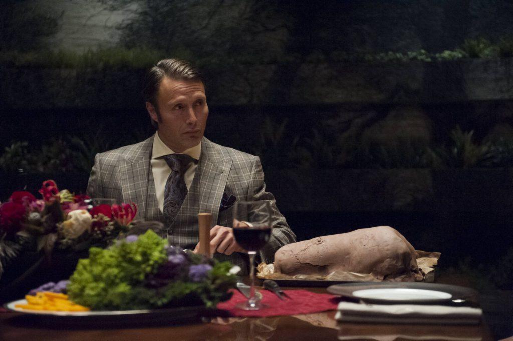 Ngay từ tập đầu tiên, Hannibal đã tạo ấn tượng mạnh với khán giả bằng những bộ suit sáng màu và cách phối đồ tạo sự tương phản cho mỗi lớp áo đầy khéo léo.