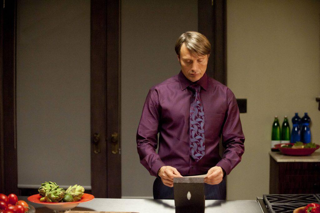Cà vạt không chạm đến cạp quần là một lỗi lớn. Nhưng ở đây, Hannibal luôn thắt cà vạt kiểu double Windsor, sẽ tốn nhiều vải hơn nút thắt Windsor hay half Windsor. Vì sao? Với thân hình vạm vỡ và vai rộng, Hannibal không thể thắt nút cà vạt nhỏ được. Nút thắt này cũng là nút chuẩn mực cổ điển, đúng như gu của Hannibal.