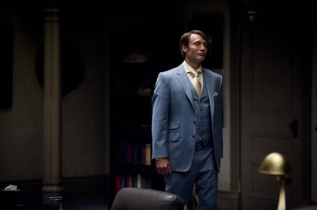 Một phần đáng lưu ý tạo nên sức hấp dẫn của vị bác sĩ này là đôi vai rộng và cơ thể cân đối của Mads Mikkelsen.