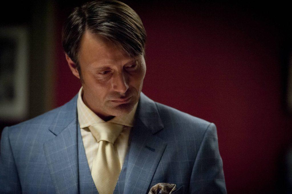 Cá nhân tôi không tán thành việc mặc sơ mi trùng màu với cà vạt hay áo khoác của suit. Nhưng có lẽ trường hợp này là ngoại lệ, thứ nhất bởi mẫu kẻ của cà vạt khác với sơ mi, chát liệu cà vạt cũng nổi bật hơn mà không bị chìm; thứ hai do màu suit với sơ mi đều đẹp, không phô trương và cuối cùng là bởi nguyên tắc không mặc quá 03 màu khi diện suit - Hannibal đã có điểm nhấn rất nổi bật là chiếc khăn vuông. Vì vậy, đây trở thành chủ ý làm điệu chứ không phải lỗi ăn mặc.
