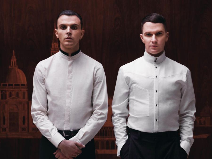 Tiểu tiết trên chiếc áo sơ mi trắng tưởng chừng đơn giản nhưng thực ra rất quan trọng, nó giúp bạn nổi bật hơn và đó là phần thể hiện cá tính rõ nét nhất. Áo cổ Tàu, tại sao không?