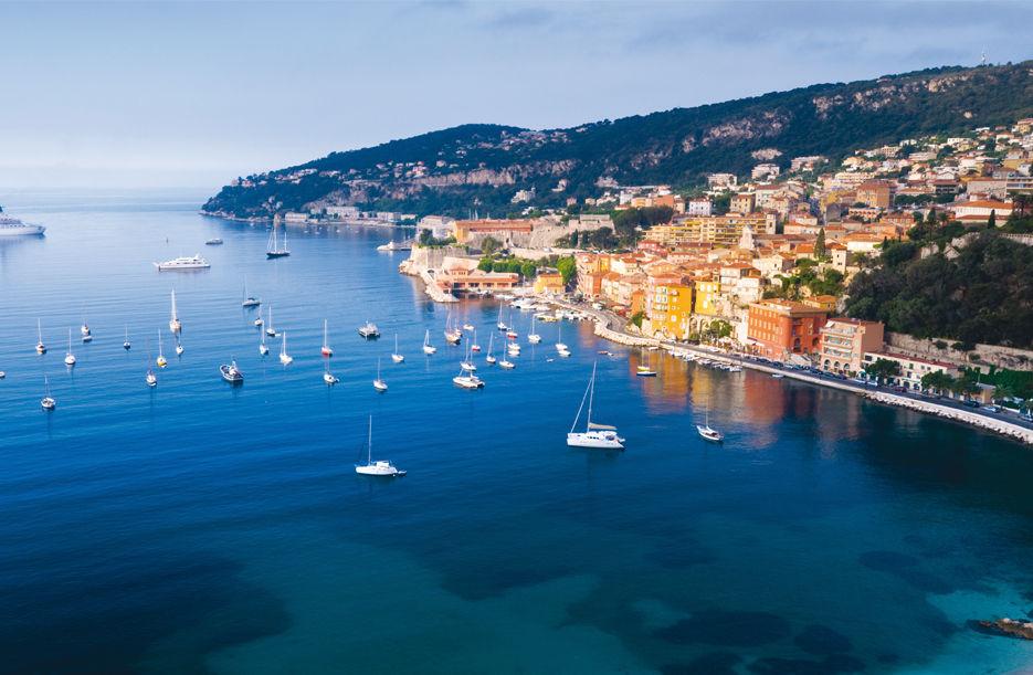 Đẹp lộng lẫy và kiêu sa giữa nắng vàng biển xanh, thành phố Cannes thuộc vùng Cote d'Azur, nằm dọc bờ biển phía Nam nước Pháp. Thành phố biển này luôn được nhắc đến hằng năm vì là nơi diễn ra Liên hoan Phim Quốc tế Cannes nhưng ngoài ra ở đây còn có rất nhiều bãi biển đẹp, những công trình kiến trúc hoành tráng cùng các lễ hội đặc sắc.