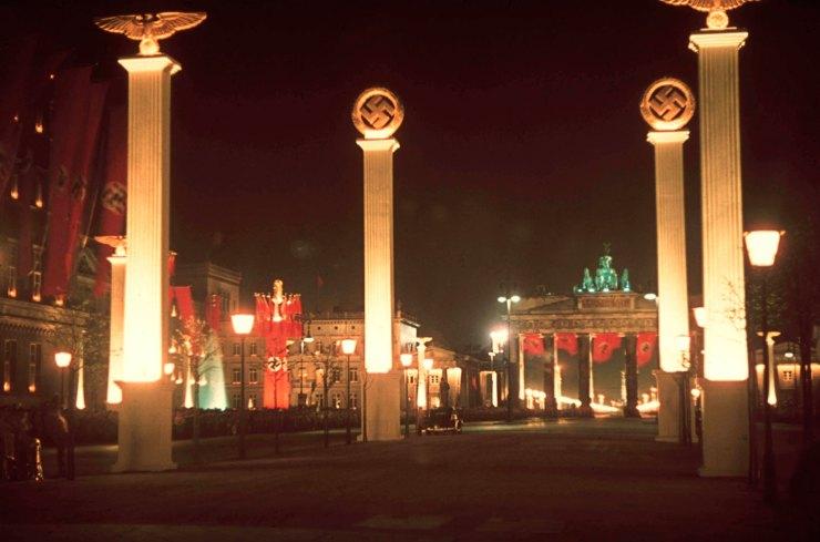 Berlin tháng Tư năm 1939 với ánh đèn rực rỡ kỷ niệm sinh nhật thứ 50 của Hitler.