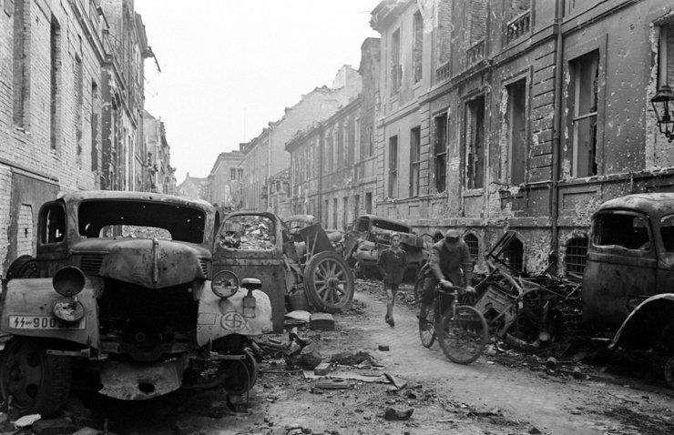 Đường Oberwall, trung tâm Berlin - nơi xảy ra một trong những trận đánh khốc liệt nhật giữa quân Đức và Nga, mùa xuân 1945.