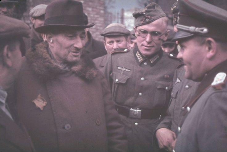 Ông già Do Thái nói chuyện với lính Đức ở Kutno, 1939.
