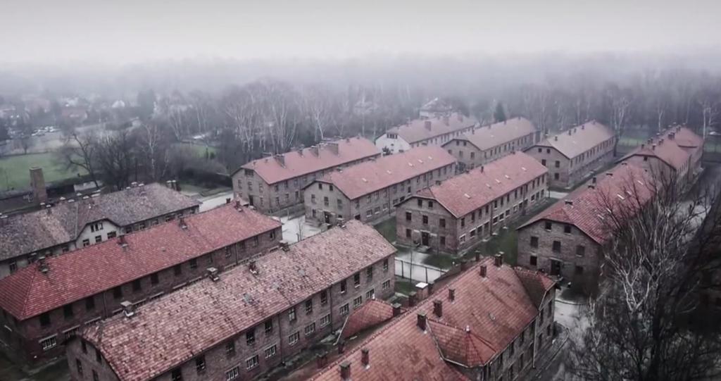 Trại Auschwitz chụp từ Drone vào thời điểm 2015. Nơi đây với khu 10 nổi tiếng của các hung thần Carl Clauberg, Horst Schumann, Eduard Wirths, Bruno Weber, August Hirt - với nhiều thí nghiệm trên cơ thể người kinh dị mà nghe miêu tả đáng sợ không kém series phim SAW.