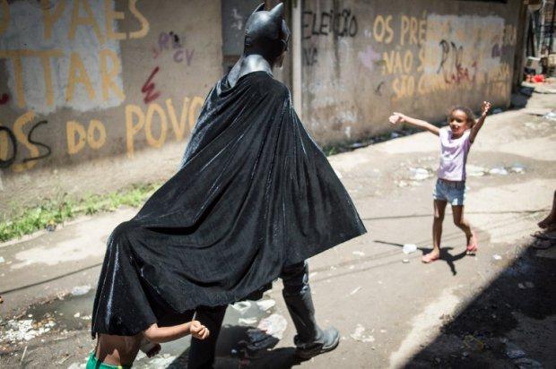 """""""Batman"""" Melo chơi đùa cùng bọn trẻ ở khu ổ chuột."""