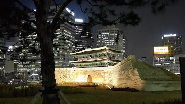 (cổng thành bị đốt trụi đã được làm lại rất đẹp và không xa rời bản gốc)