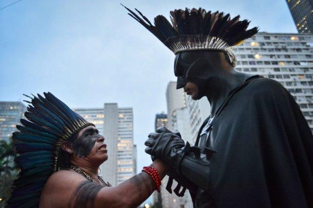 Melo cùng tộc trưởng Korobo trong tuần lễ Tổng động viên các dân tộc bản xứ (tháng 10, 2013) sau sự kiện Confederation Cup tháng Sáu năm ngoái.