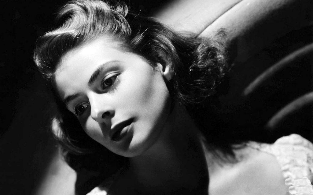 """Hơn bất cứ diễn viên nào khác trong kỷ nguyên vàng của điện ảnh, Ingrid Bergman có một gương mặt dành cho những bộ phim đen trắng. Người ta từng lạm dụng nhiều từ để mô tả sự """"phát sáng"""" trên gương mặt của bà, song xem bà diễn trong phim Casablanca, Gaslight, Notorious hay bất cứ bộ phim kinh điển đen trắng nào khác, khán giả đều thấy bà thực sự tỏa hào quang"""