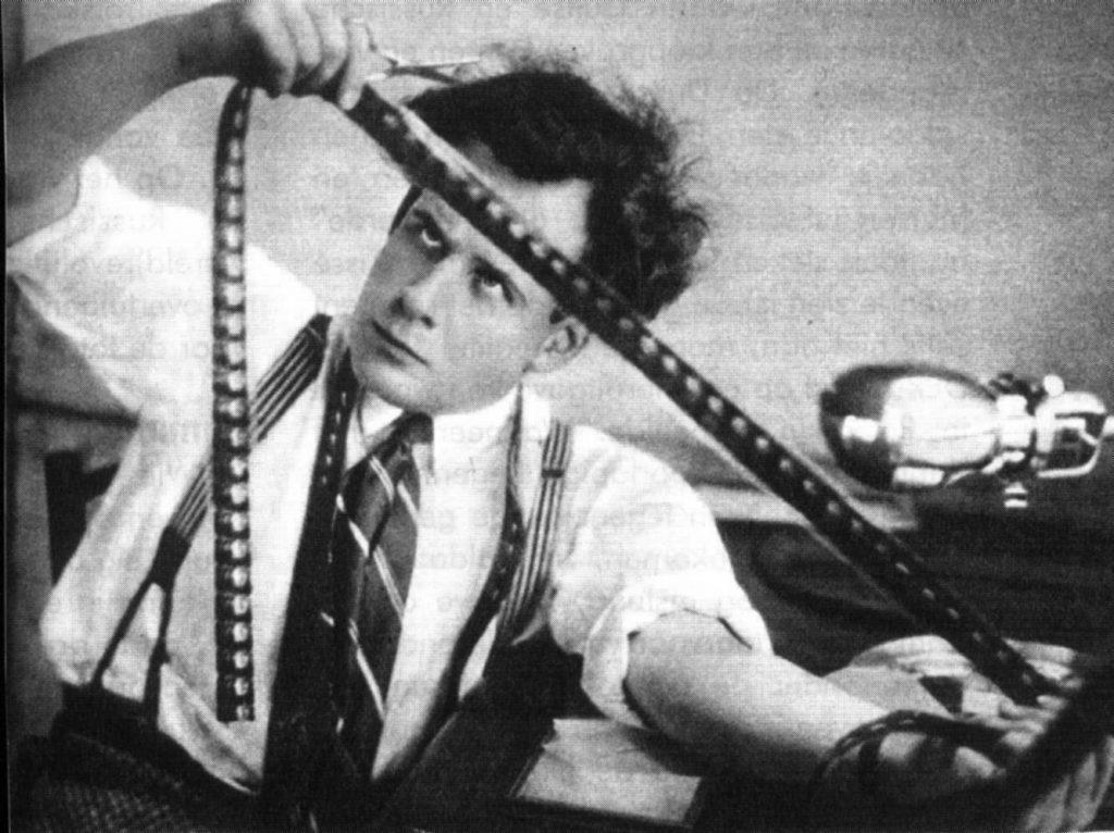 Đạo diễn huyền thoại của Liên Xô Sergei Eisenstein. Eisenstein cho rằng nguyên lý dựng phim có gì đó giống như cấu trúc của chữ Nhật : khi kết hợp hai tượng từ riêng biệt sẽ cho ra một nghĩa mới. Thí dụ nước và mắt ra nghĩa khóc. Chó và miệng ra nghĩa sủa. Miệng và chim ra nghĩa hát. Dao và tim ra nỗi đau… Nhưng khác hơn chữ, dựng phim là sự tìm kiếm tự do tuyệt đối. Nhờ kĩ thuật bậc thầy và độc đáo về dựng phim của mình mà các bộ phim nổi tiếng của ông như là Bãi công (Strike), Chiến hạm Potemkin, Alexandr Nevsky, Tháng Mười, Ivan Hung Đế… còn ảnh hưởng và truyền cảm hứng cho các đạo diễn thế hệ nối tiếp tận mãi về sau…
