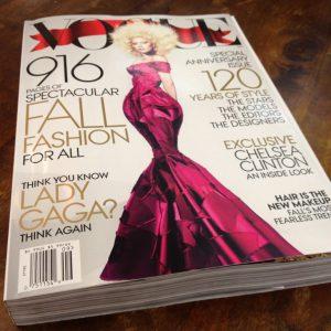 Vogue được thành lập năm 1892 và cho đến nay vẫn là một trong những tạp chí thời trang hàng đầu với 12 số một năm. Vác ấn bản tháng Chín dày 916 trang này đi bộ về nhà hẳn là một quyết định thiếu sáng suốt của chị em phụ nữ.