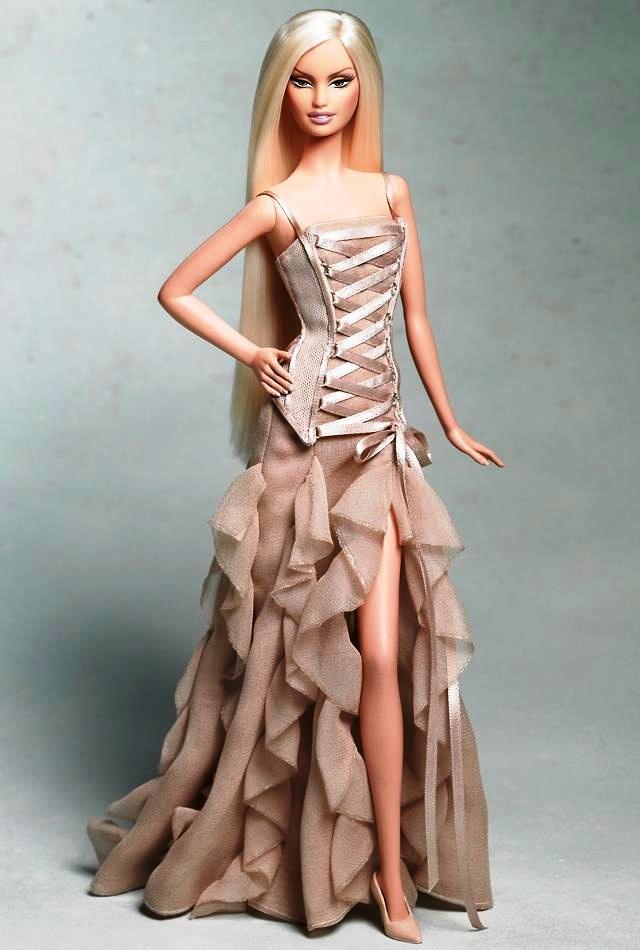 ... Hay là buông thả những mảnh voan đàn xếp, quyến rũ, xa hoa và chuyển động với tà  váy của Versace (sleeveless taupe gown - 2004).