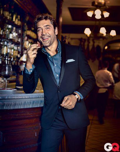 Javier Bardem trong một chiếc denim shirt button down và cổ áo mở. Đàn ông bình thường nên phóng khoáng như thế này. Còn nếu bạn đang xuất hiện ở một nơi đòi hỏi sự chỉn chu thì hẵng cài khuy cổ.