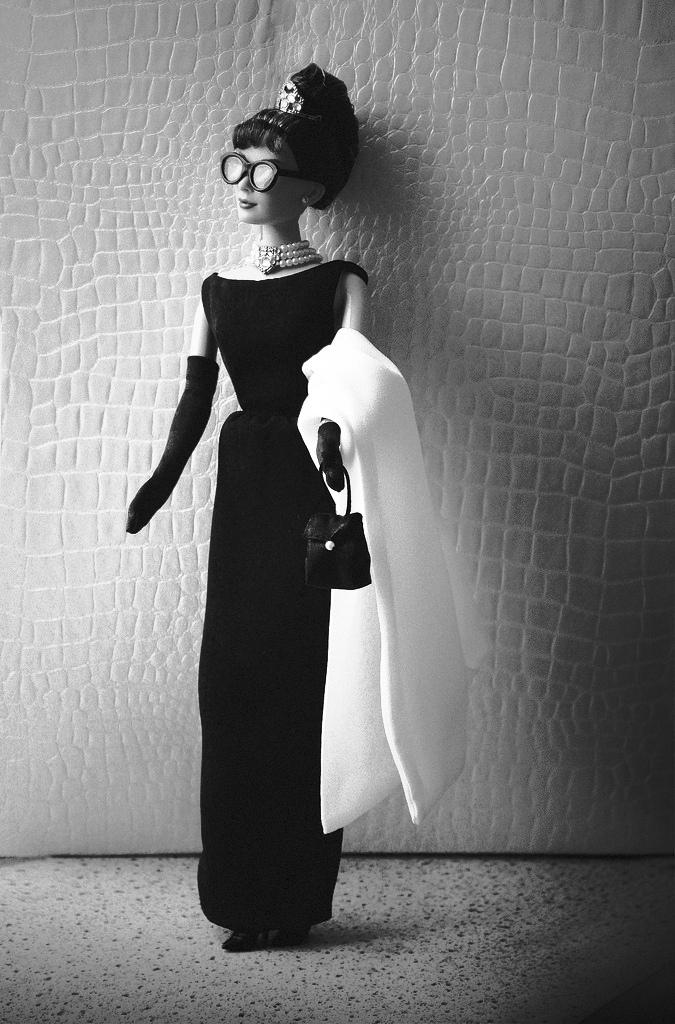 """Barbie """"vào vai"""" minh tinh huyền thoại Audrey Hepburn với bộ đầm của Hubert de Givenchy trong bộ phim kinh điển Breakfast at Tiffany's."""