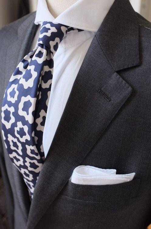 Cổ spread thì nút thắt cà vạt sẽ được chú ý nhiều hơn. Thế nên, để trông bệ vệ, hãy học những cách thắt cà vạt cầu kỳ hơn.