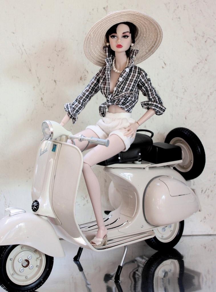 Một cô Barbie đời thực sẽ có chiều cao khoảng 175 cm và sở hữu một dáng skinny đặc trưng với cân nặng xấp xỉ 50 kg. Điều này đã từng là nỗi lo ngại lớn về sức khỏe dành cho các thiếu nữ muốn ép cân để được như Barbie.
