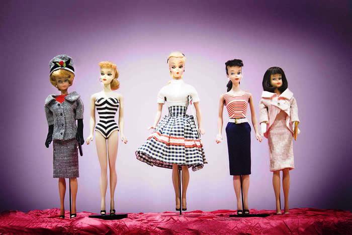 Nếu bạn vô tình bắt gặp một trong số những cô Barbie trong này, có thể trông cô ta khá cũ kĩ. Mong bạn hãy làm theo ba bước này: hỏi han, im lặng và gọi tôi. Một cô búp bê với số xê ri đời đầu có thể có giá tới 6000 USD, biết đâu đó là một món hời cho chúng ta?
