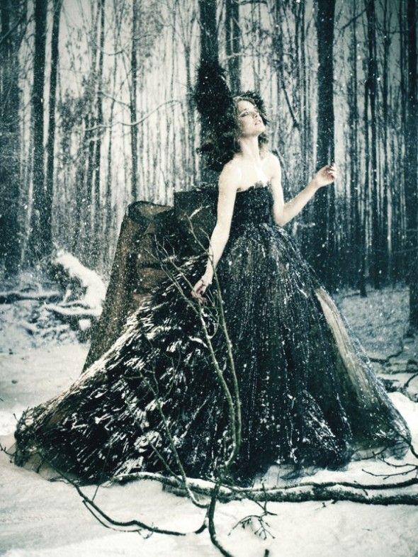 """Người mẫu Natalia Vodianova mặc váy Valentino dưới ống kính của nhiếp ảnh gia thời trang huyền thoại Paolo Roversi. Từ năm 2005, mỗi năm đều đặn một lần Vodianova lại mời những nhà tạo mẫu và người nổi tiếng tụ họp lại sự kiện từ thiện của tổ chức NHF - một tổ chức chuyên hỗ trợ trẻ em đói nghèo ở Nga. Thứ tư ngày 6.7.2011, Valentino và Vodianova mời khách khứa đến với lâu đài Chateau de Wideville để tham dự dạ tiệc """"Fairy Tale Love Ball"""". Ở đây, 45 bộ váy độc nhất vô nhị của những nhà tạo mẫu hàng đầu như Riccardo Tisci, Calvin Klein, Olivier Theyskens, Ulyana Sergeenko... được bán đấu giá để ủng hộ NHF tiếp tục công việc thiện nguyện của mình."""