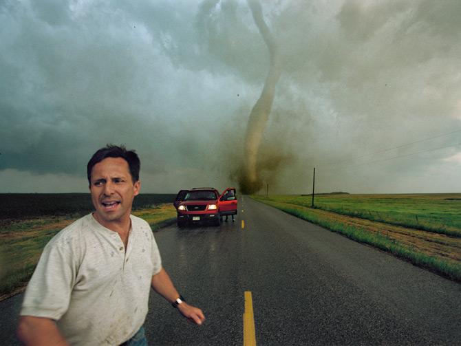 Manchester, South Dakota, Mỹ năm 2003. Tim Samara và đội của mình đang chuẩn bị chứng kiến chiếc vòi rồng với độ sụt giảm áp suất trong tâm bão lớn nhất từ trước đến giờ.