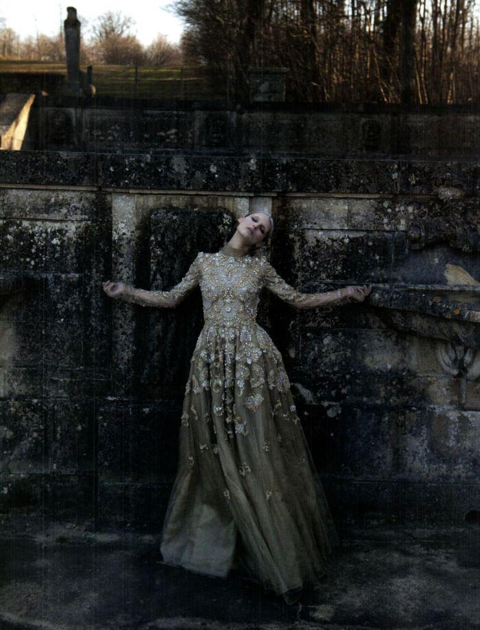 Bộ sưu tập Haut Couture xuân hè 2012 của Valentino. Ảnh do nữ nhiếp ảnh gia Deborah Turbeville chụp cho Vogue Italia tháng Ba, 2012. Người mẫu: Marie Piovesan.